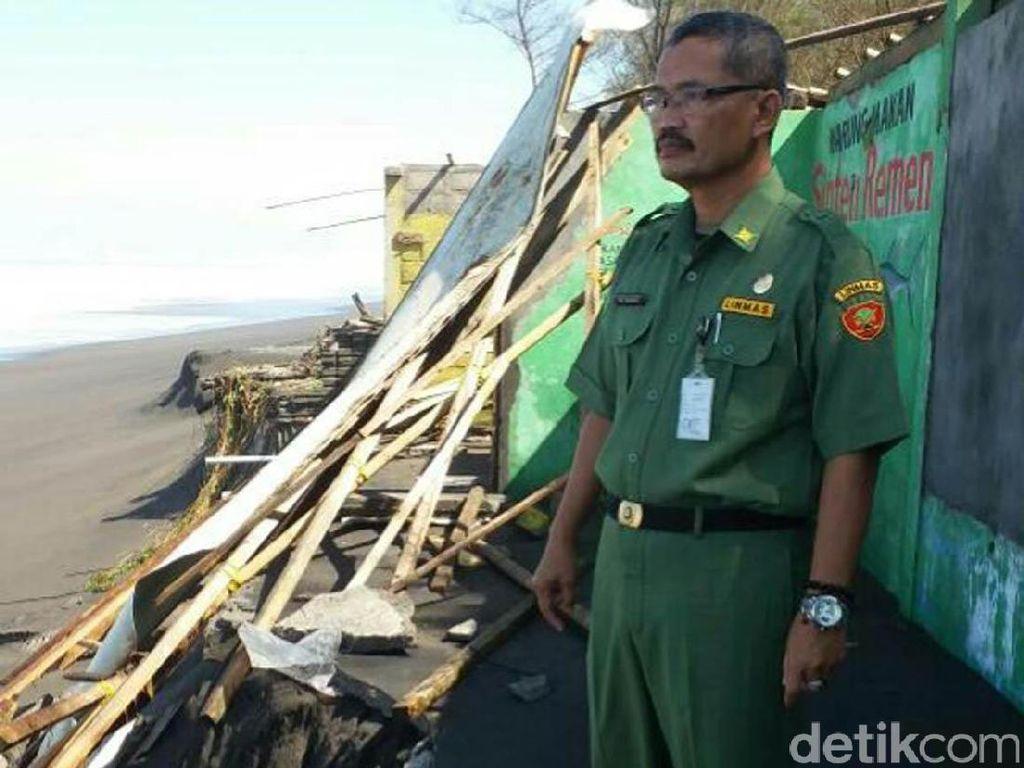 Bangunan di Pantai Kuwaru Bantul Rusak Diterjang Gelombang Tinggi
