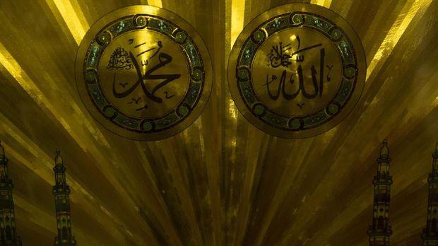 Lambang Allah SWT dan Nabi Muhammad SAW yang berada di salah satu kios milik masjid, Senin (29/5). Pendanaan masjid biasanya didapatkan dari sumbangan umat muslim yang datang dan beribadah di masjid tersebut. ANTARA FOTO/Rosa Panggabean/17.