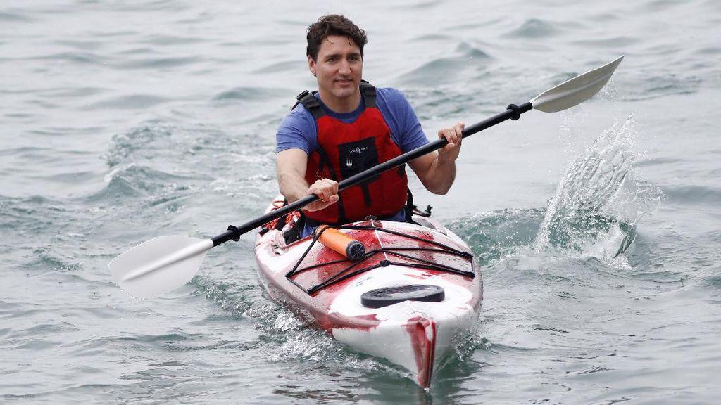 Aksi PM Kanada Mengayuh Kayak di Sungai Niagara