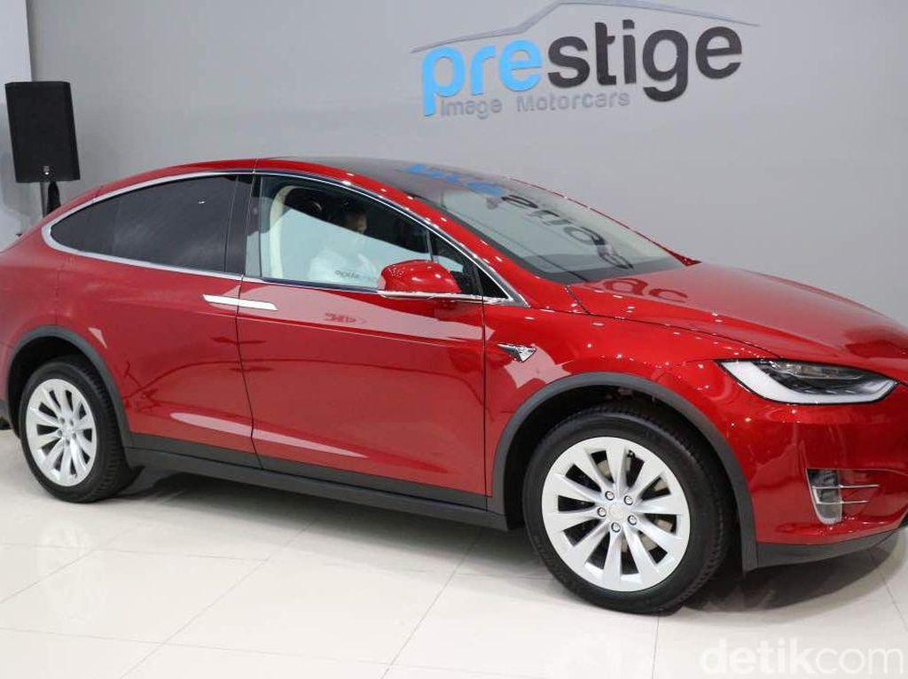 Mobil Listrik Tesla Model X Mengaspal di Jakarta