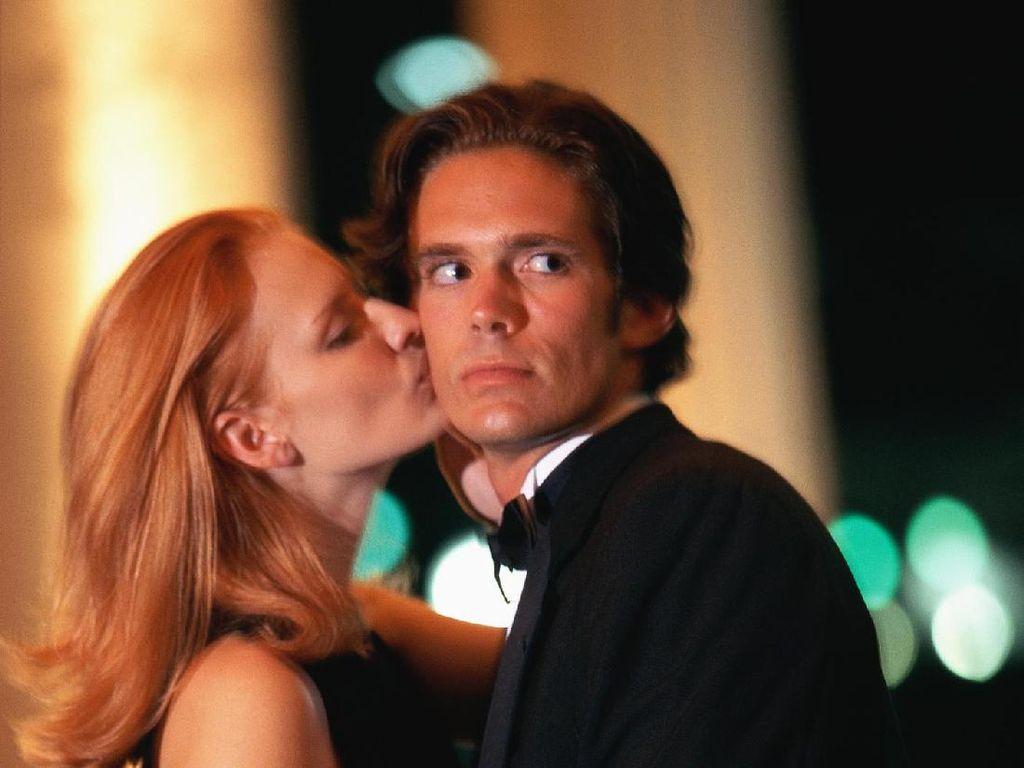 Ini 10 Perbuatan yang Bikin Kamu Dianggap Selingkuh oleh Pasangan