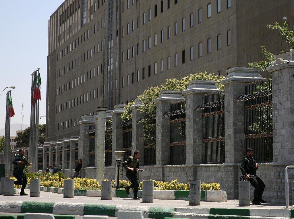 Gedung Parlemen Iran Diserang