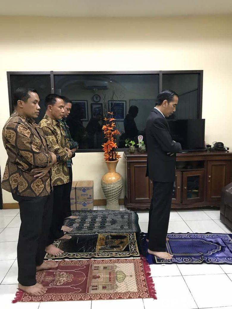 Jokowi Buka Puasa di Pos Polisi Tol Jagorawi dan Jadi Imam Salat