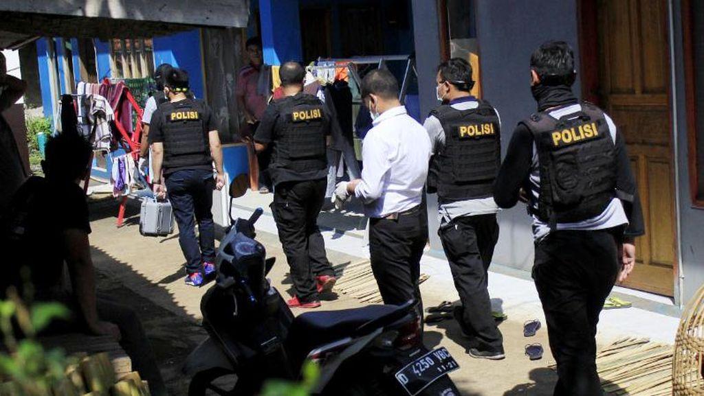 Densus 88 Geledah Rumah Terduga Teroris di Cileunyi