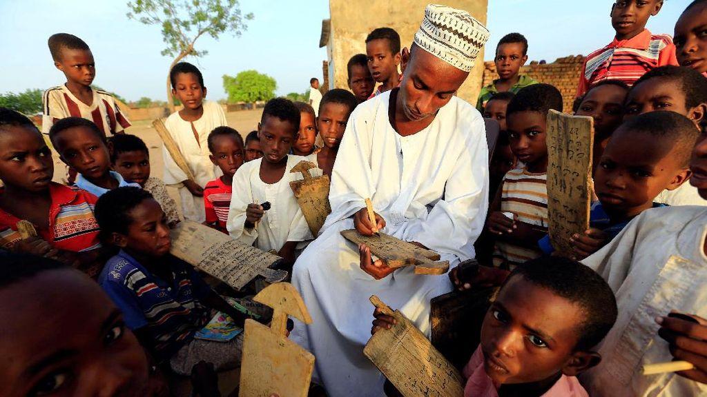 Anak-anak di Sudan Menulis Alquran di Papan Kayu