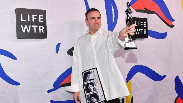 NEW YORK, NY - JUNE 05: Menswear Designer of the Year Winner and Womenswear Designer of the Year Winner Raf Simons for Calvin Klein poses on the LIFEWTR Winner's Walk at the CFDA Awards 2017 on June 5, 2017 in New York City.   Dia Dipasupil/Getty Images for LIFEWTR/AFP