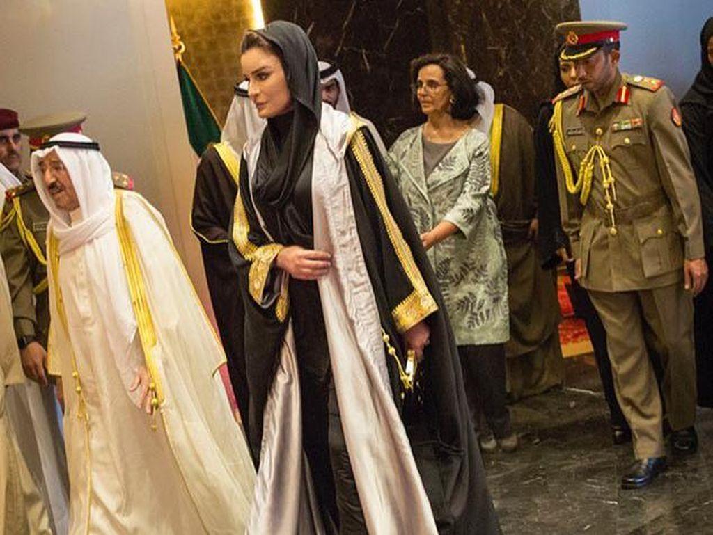 Stylish di Hari Lebaran dengan Long Coat ala Ibu Negara Qatar