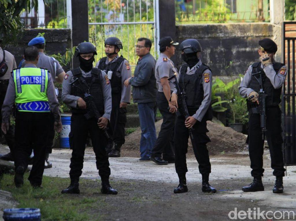 Densus 88 Geledah Rumah Terduga Teroris WT di Bandung