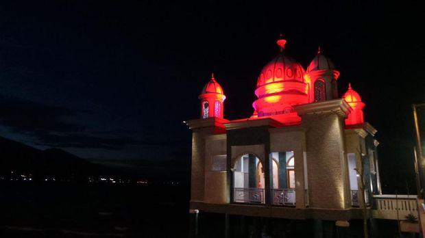 Cahaya warna-warni di kubah masjid terapung Palu