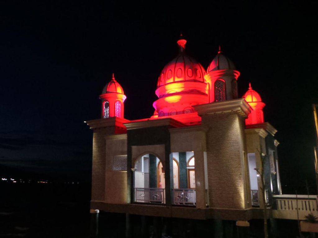 Foto: Masjid Terapung Palu dengan Cahaya 7 Warna Sebelum Kena Tsunami