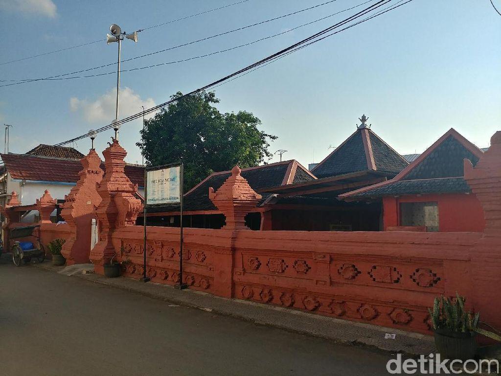 Masjid Serba Merah yang Istimewa di Cirebon