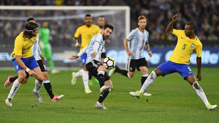 MELBOURNE, AUSTRALIA - JUNE 09:  Lionel Messi of Argentina (C) competes for the ball against Fernando Roza of Brazil during the Brasil Global Tour match between Brazil and Argentina at Melbourne Cricket Ground on June 9, 2017 in Melbourne, Australia.  (Photo by Michael Dodge/Getty Images  for ICC)