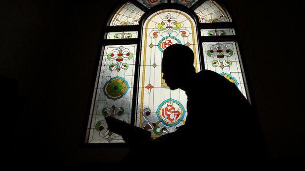 Umat muslim membaca Alquran di Masjid Asy-Syuhada, Kenali Besar, Jambi, Kamis (1/6). Pada bulan Ramadan, umat muslim memanfaatkan waktunya dengan memperbanyak ibadah dan mengharapkan ampunan dari Allah SWT. ANTARA FOTO/Wahdi Septiawan/aww/17.