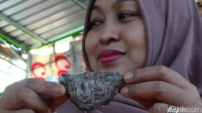 Subhanallah ! Wanita Pemilik Warung Ini Kaget Temukan Daging Menyerupai Lafaz Allah