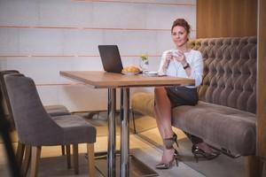 Kafe Ini Beri Diskon Sesuai Tinggi Hak Sepatu yang Dipakai Pengunjung Wanita!