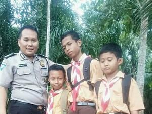 Kisah Foto Viral Polisi dan Bocah Bersepatu Koyak di Kalsel