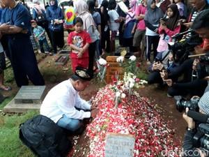 Djalal, Pencipta Lagu Selamat Jalan Jupe Minta Maaf di Makam Jupe