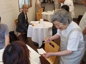 Lansia Pengidap Demensia Jadi Pramusaji di <i>Restaurant of Order Mistakes</i> Ini