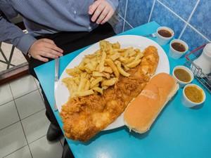 Restoran Ini Punya Tantangan Makan Fish and Chips dengan Ikan Hampir 1 Kg!