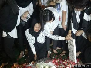 Nyekar ke Makam Suami, Ririn Ekawati Ucapkan Kata-kata Menyayat Hati