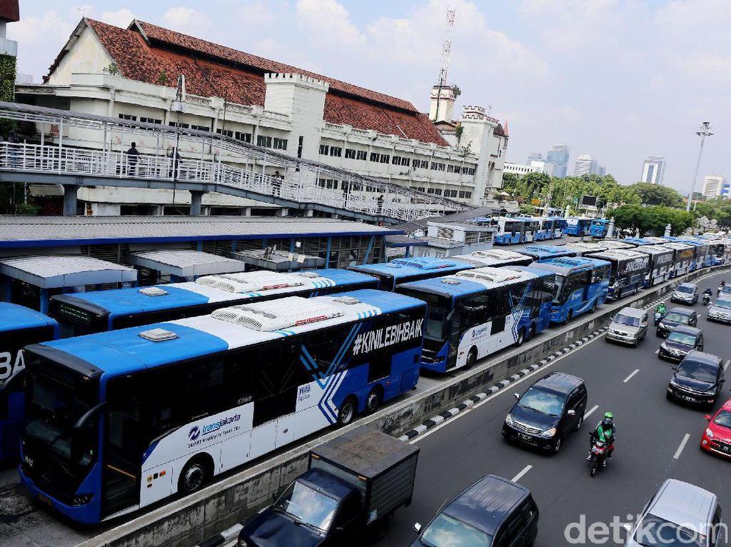Demo Karyawan, Puluhan Bus TransJ Mogok di Halte Harmoni