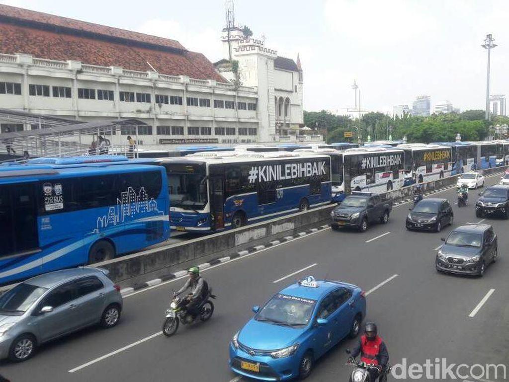 Karyawan Demo, Puluhan Bus TransJ Mengular di Halte Harmoni