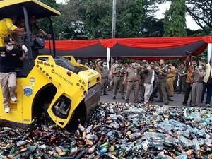 Pemprov DKI Jakarta Musnahkan 12.433 Botol Miras