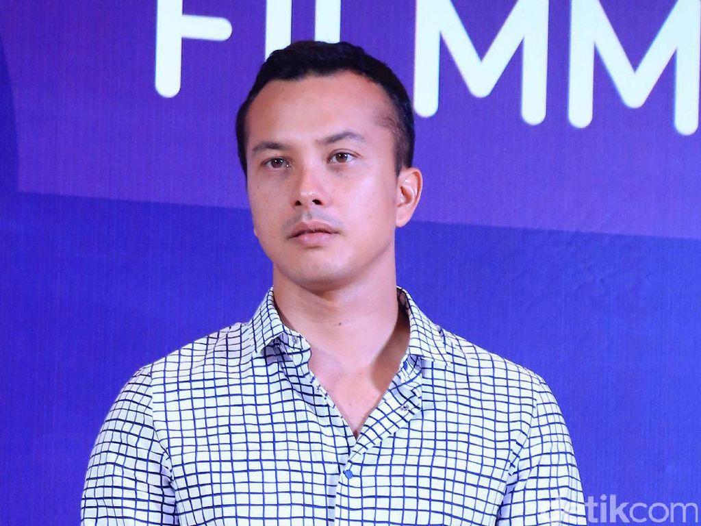Jangan Sedih Netizen, Nicholas Saputra Jadikan Selfie Perdana Foto Profil