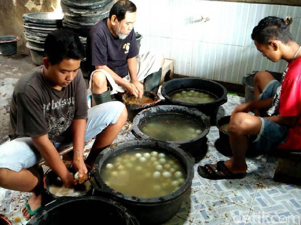 Hadapi Lebaran, Produsen Telur Asin di Brebes Naikkan Produksi