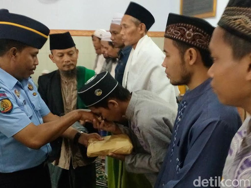 Tadarus Baca 1 Juz Al Quran, Napi Lapas Mojokerto Dapat Sarung