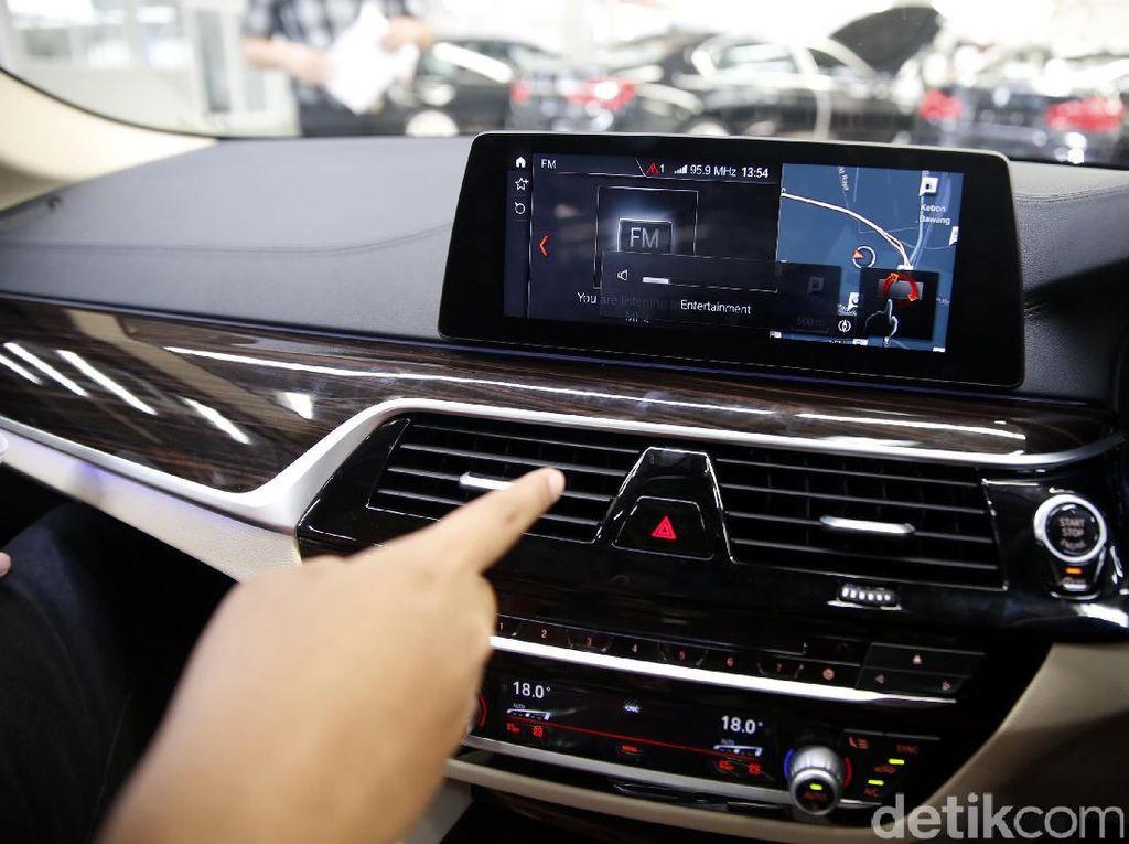 Sistem GPS BMW Terhubung dengan Satelit