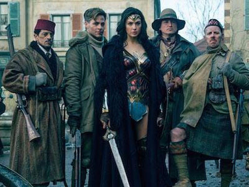 Di Balik Foto Hitam Putih Kunci Cerita Wonder Woman