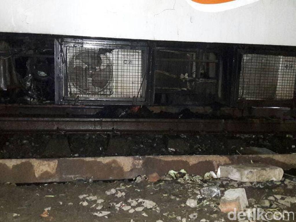 Besi-besi Mobil Masih Tertinggal di Kolong KA Walahar di Senen
