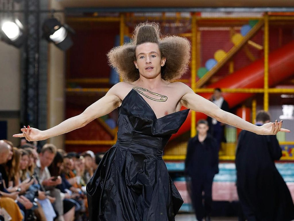 Duh! Pria-pria Pakai Gaun Lebar Sampai High Heels di London Fashion Week