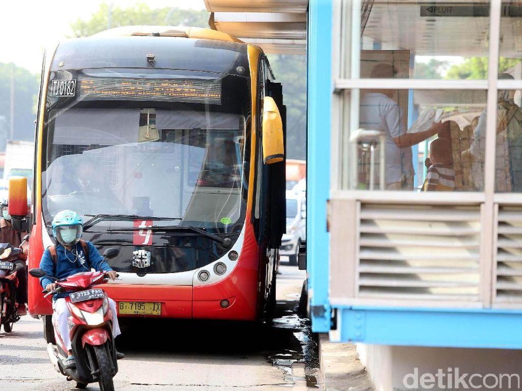 Pengendara Masih Bandel Serobot Busway, Polisi: Itu Pelanggaran!