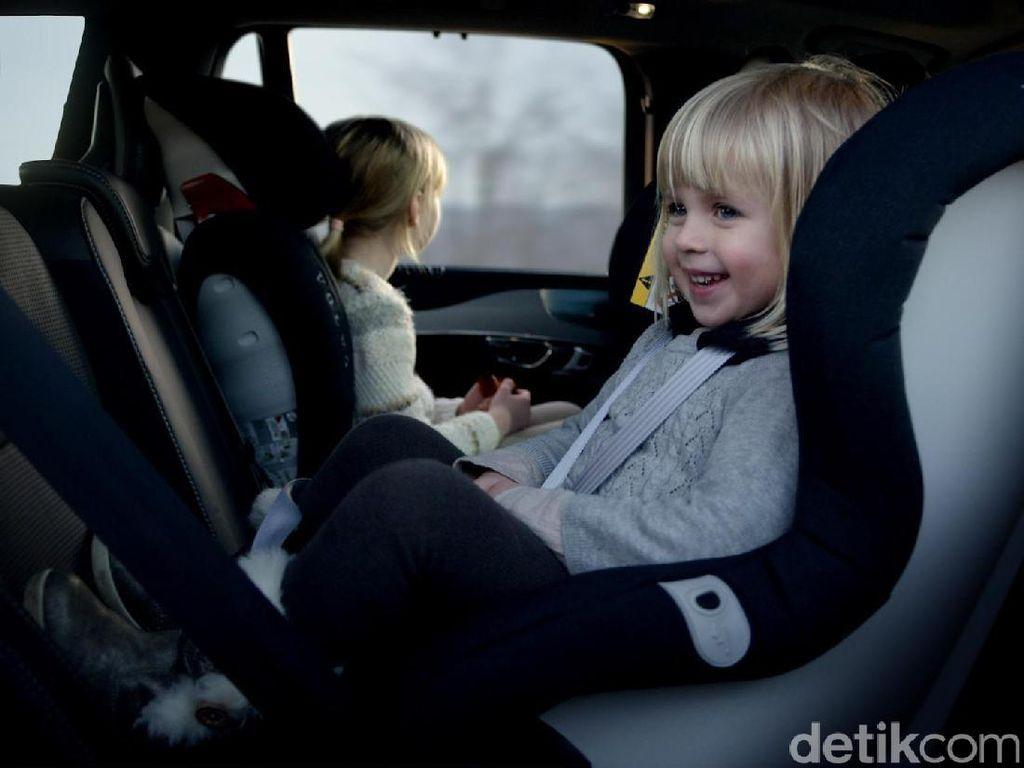 Alasan Kenapa Car Seat Mobil Harus Dipasang Menghadap Belakang