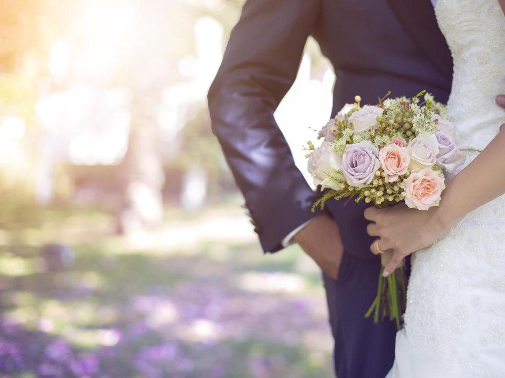 Datang ke Pernikahan Mantan, Cara Wanita Ini Salami Mempelai Jadi Sorotan