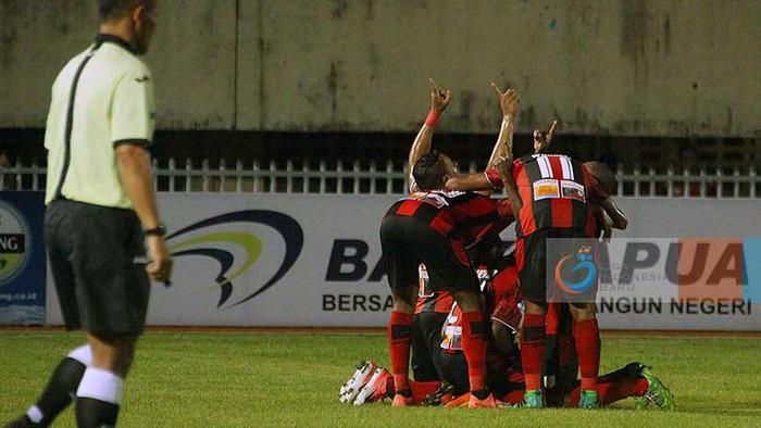 Para pemain Persipura Jayapura merayakan gol di partai Liga 1 (Foto: dok: Liga-Indonesia.id)