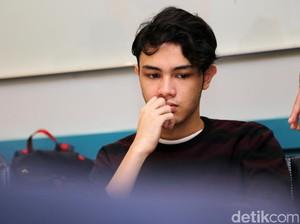 Shawn Adrian Bengong Mikirin Apa Ya?