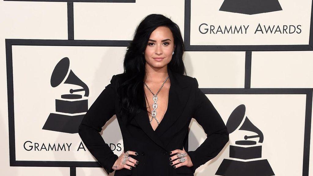 Foto: 10 Gaya Stylish Demi Lovato yang Menarik Perhatian