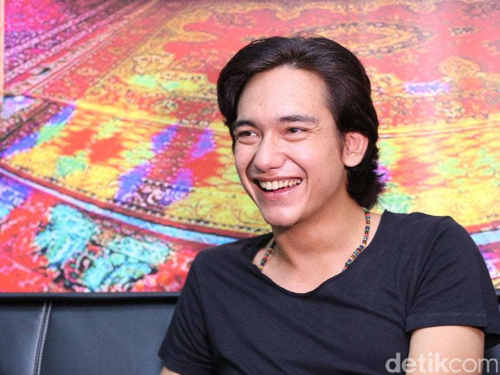 Lihat Senyuman Adipati Dolken Nggak Bikin Batal Puasa Kok