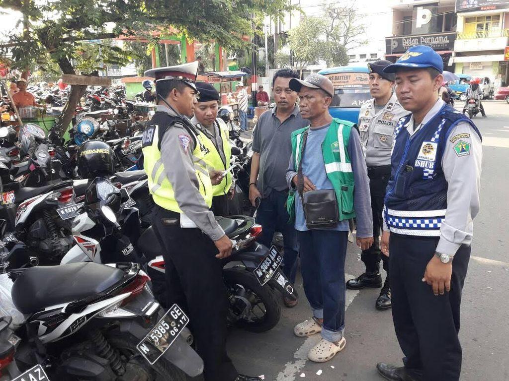 Polisi Tertibkan Parkir Jalanan yang Menjamur di Malang