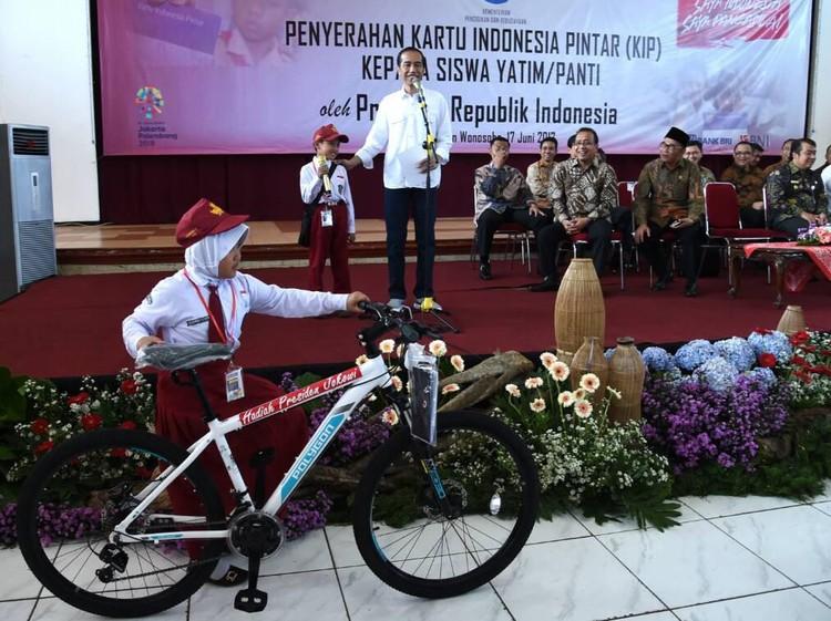 Jokowi Dilarang Bagi-bagi Sepeda Saat Kampanye Pilpres 2019