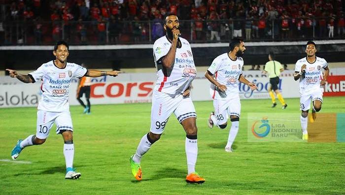Para pemain Bali United saat menghadapi Perseru Serui (Foto: Liga-Indonesia.id)
