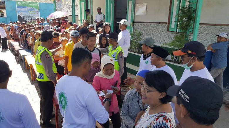 Disesaki Ratusan Orang, Pembagian Zakat di Malang Berjalan Tertib