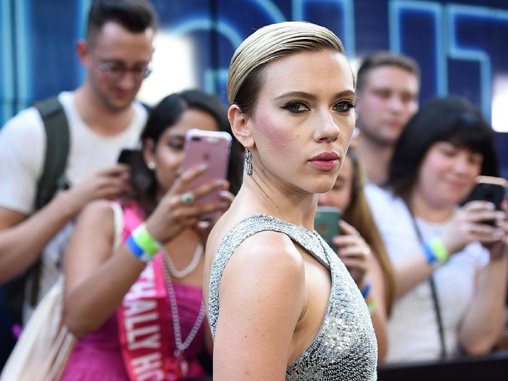 Baru Resmi Cerai, Scarlett Johansson Gandeng Cowok Baru