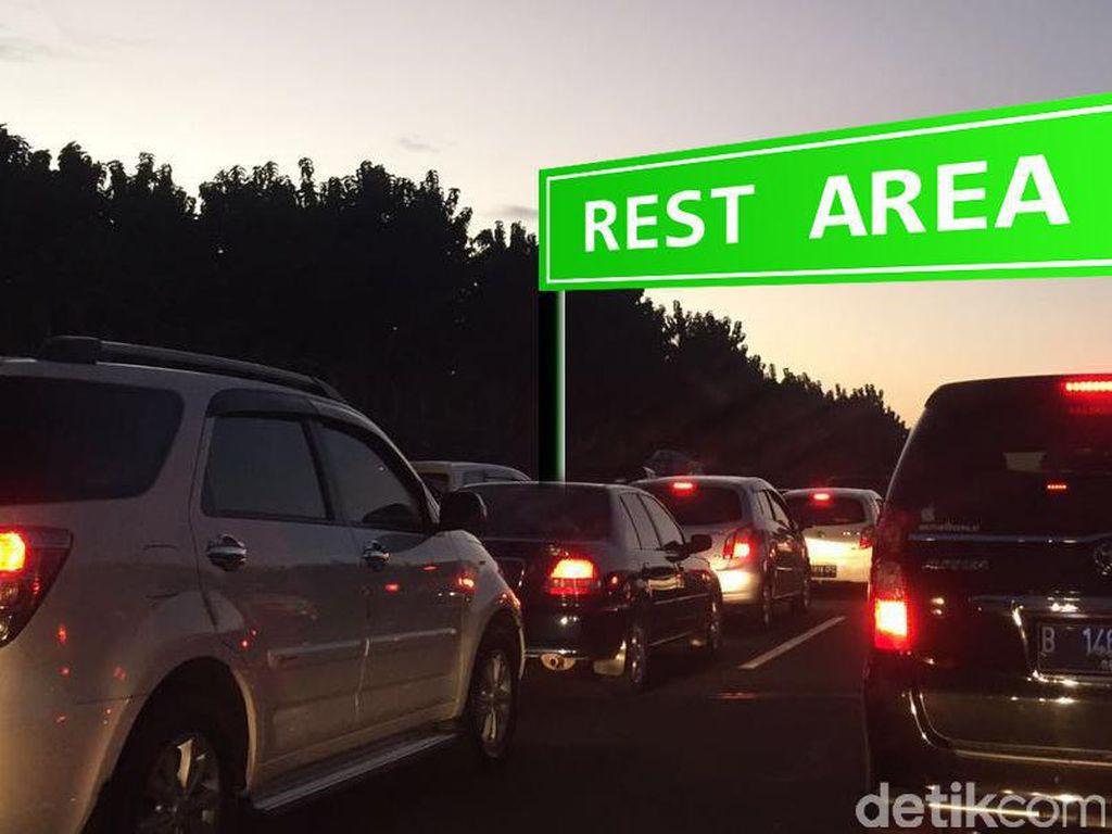 Rest Area Padat, Tol Cikampek Arah Jakarta Macet 12 Km