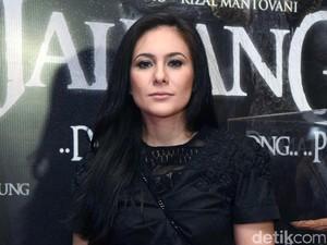 <i>Pretty in Black</i>! Wulan Guritno Tampil Serba Hitam