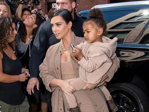 Bikin Netizen Bingung, Kim Kardashian Pamer Foto Semangka Berwarna Oranye