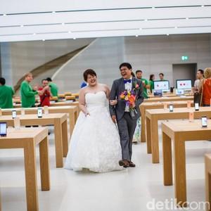 Ketika Apple Store Jadi Lokasi Foto Pernikahan Fanboy